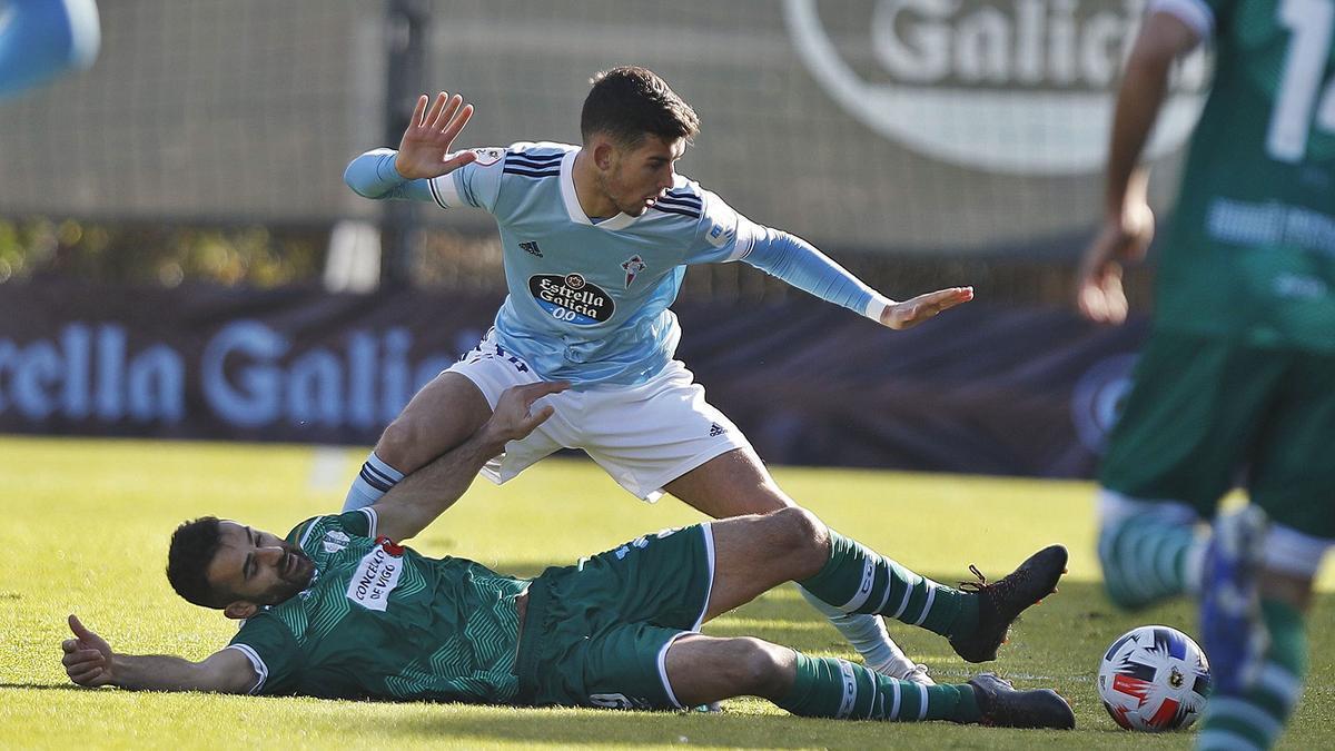 Arriba, Silva  despeja el balón y abajo, Justo defiende el balón ante Antón.     FOTO: RICARDO GROBAS