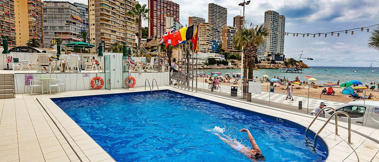 La piscinas tienen que limitar el acceso a la mitad de su capacidad hasta mediados de agosto. |