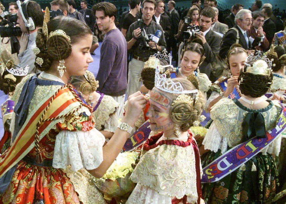 Corte 2002. Elena Nebot pinta la cara a una de las novatas.