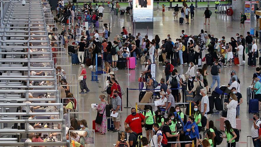 El aeropuerto recibe la llegada de los primeros turistas de este verano