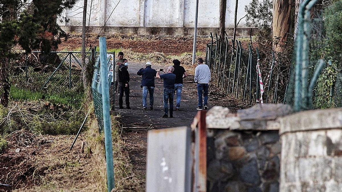 Técnicos inspeccionan el cuartel de Las Raíces para la instalación de un centro de acogida de migrantes.