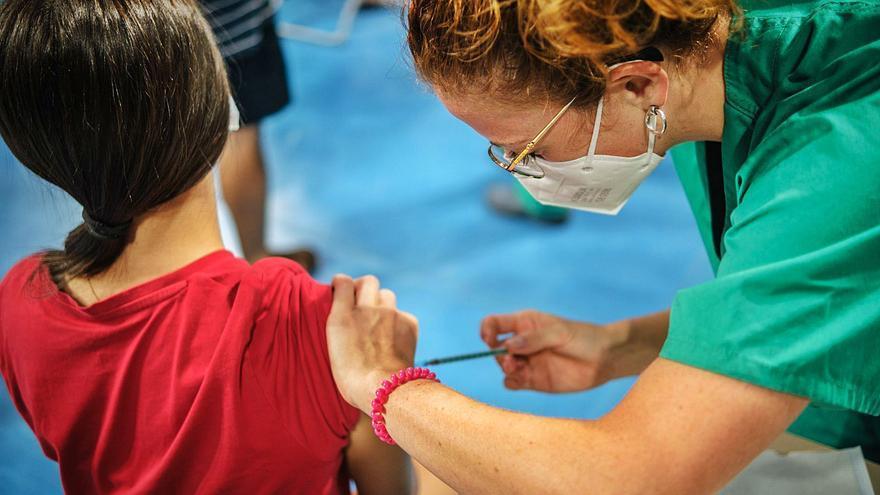 Las personas vacunadas se contagian e infectan entre un 70 y un 80% menos