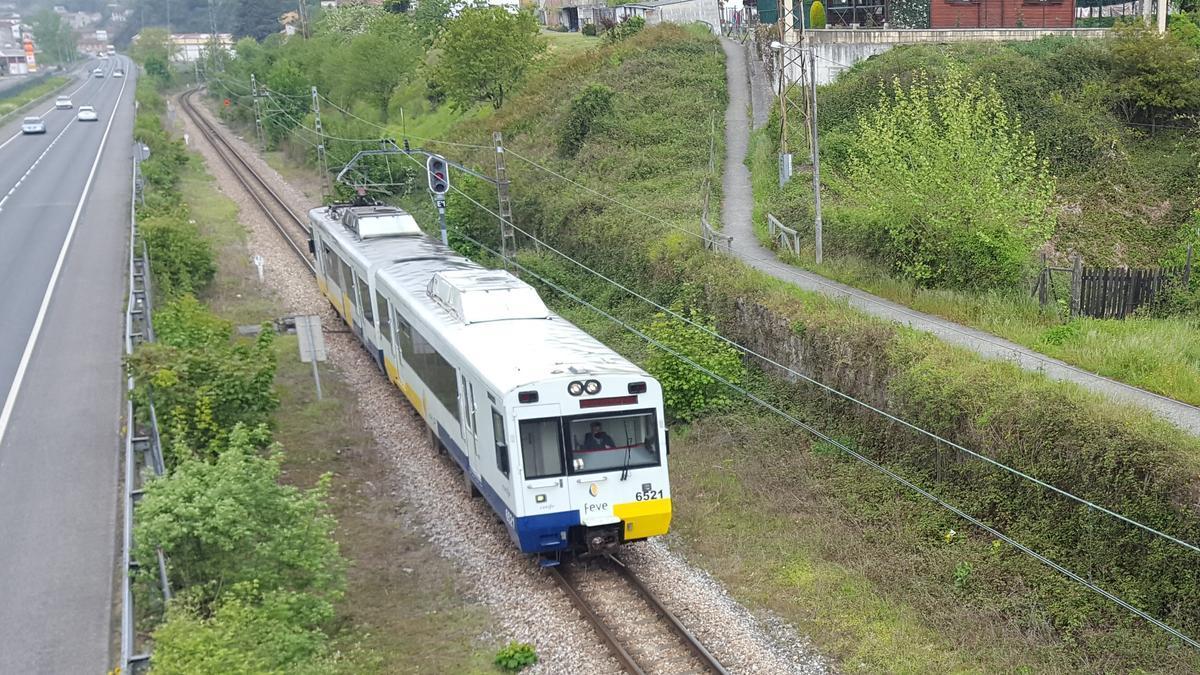 Un tren circula por la línea de Feve en San Martín del Rey Aurelio.
