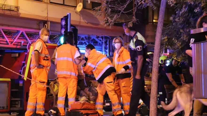 Cuatro intoxicados por inhalación de humo en el incendio de una vivienda en Alicante