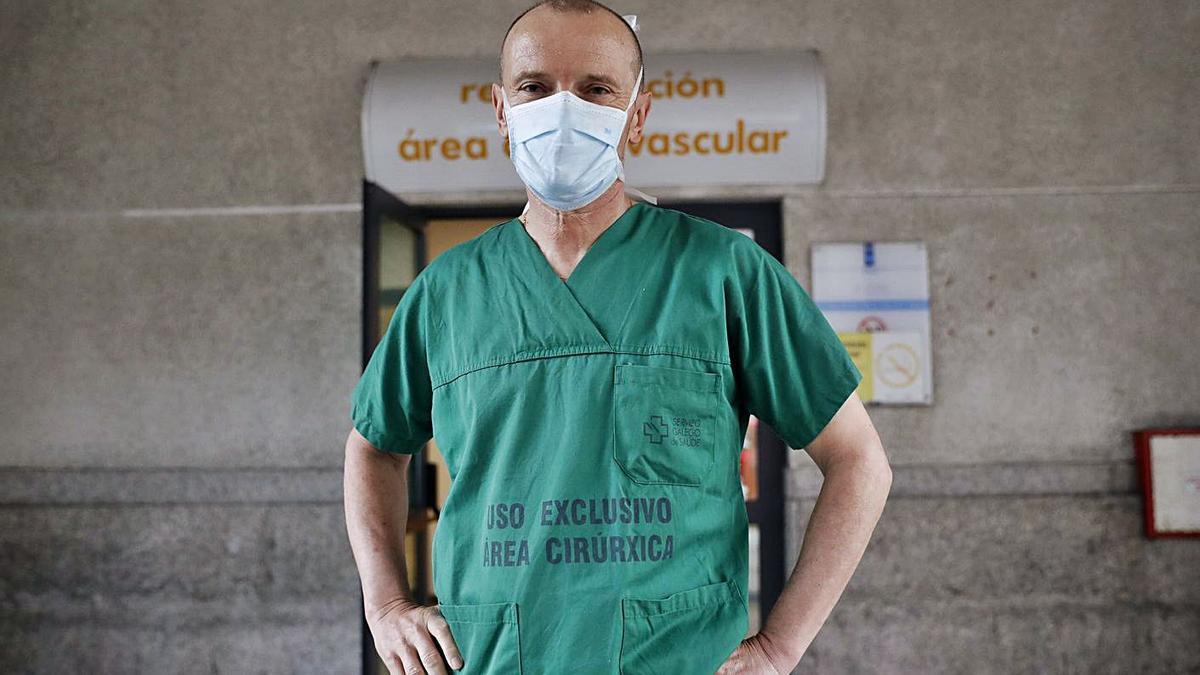 El doctor José Ramón González Juanatey, en el exterior del CHUS.    // LAVANDEIRA