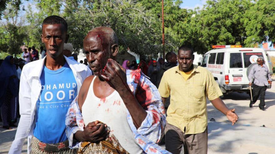 Al menos 92 muertos por un coche bomba en Somalia
