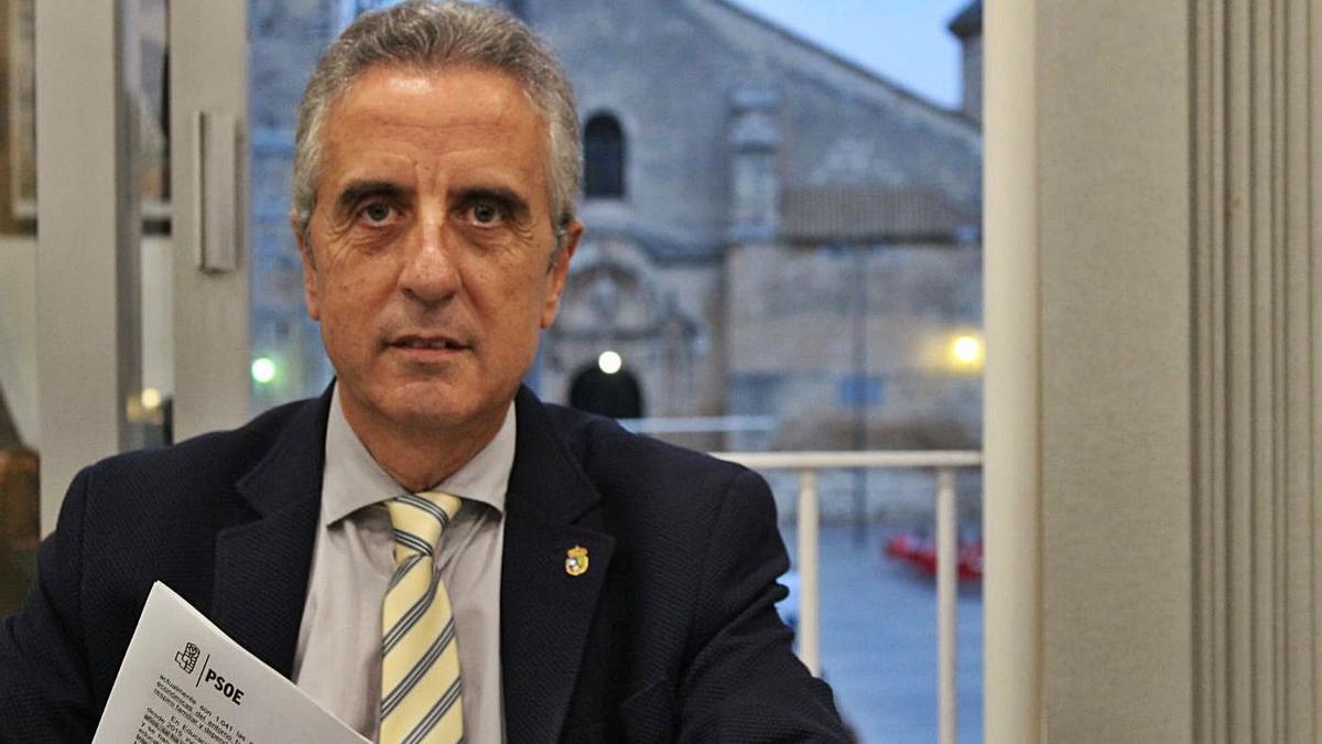 El alcalde de Lucena, Juan Pérez Guerrero, en su despacho del Ayuntamiento.