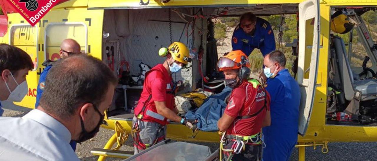 Rescate del cadáver del montañero fallecido este domingo en el Puig Campana.
