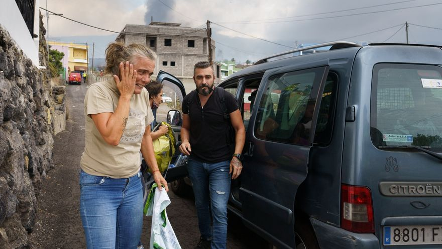 La Policía controla los accesos a las poblaciones evacuadas por el volcán Cumbre Vieja