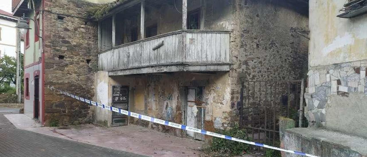 El último inmueble de La Villa afectado por desprendimientos.