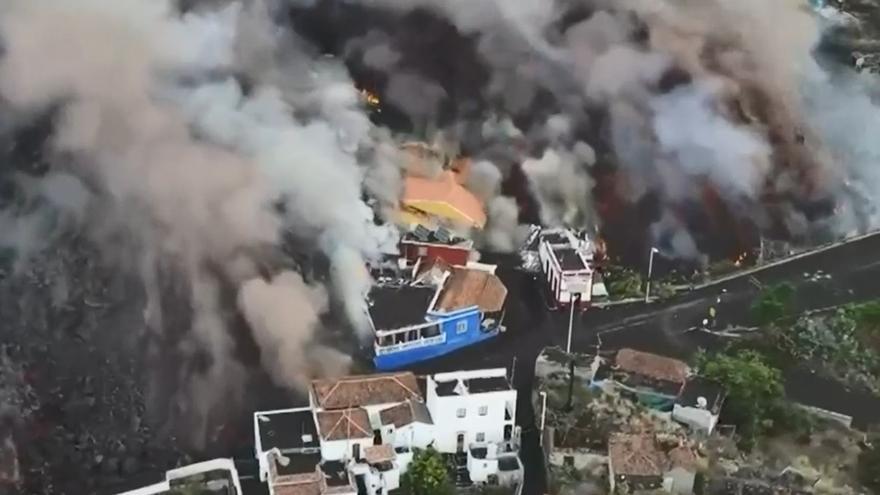 El derrumbe de casas en Todoque muestra el poder destructor de la lava del volcán de La Palma