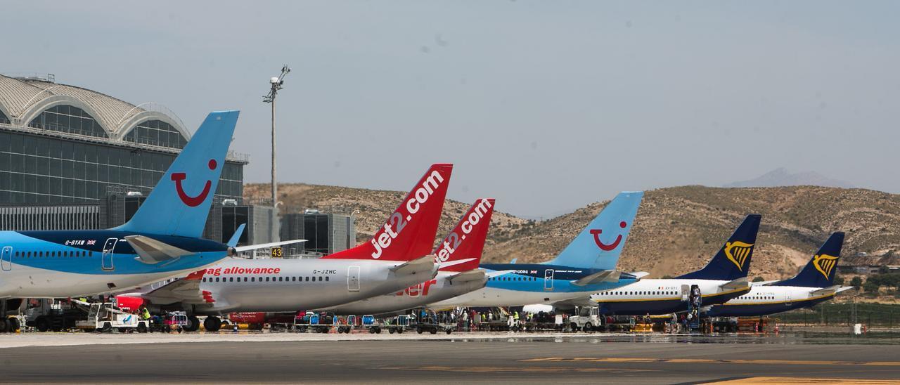 Aviones estacionados en frente a la terminal del aeropuerto provincial