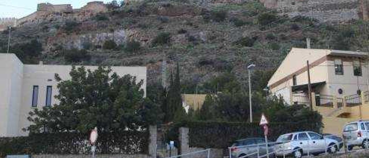 Sagunt ataja el peligro de desprendimiento de rocas sobre una casa en la ladera del Castillo