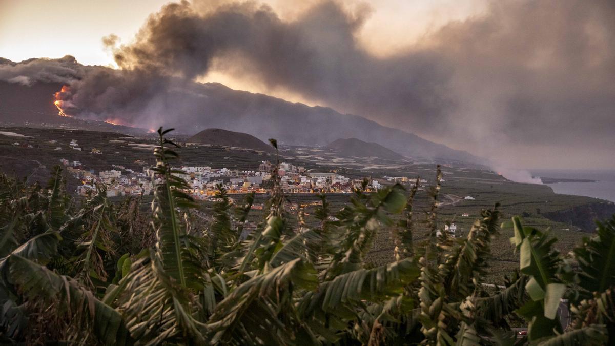 Columna de humo y lava del volcán de Cumbre Vieja a su llegada al Océano Atlántico, a 29 de septiembre de 2021, en La Palma, Santa Cruz de Tenerife, Islas Canarias, (España). La lava del volcán, que entró el 19 de septiembre en erupción, ha provocado un d
