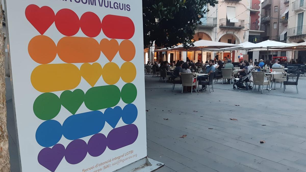 La plaça de l'Ajuntament de Figueres decorada amb tòtems LGTBIQ+.