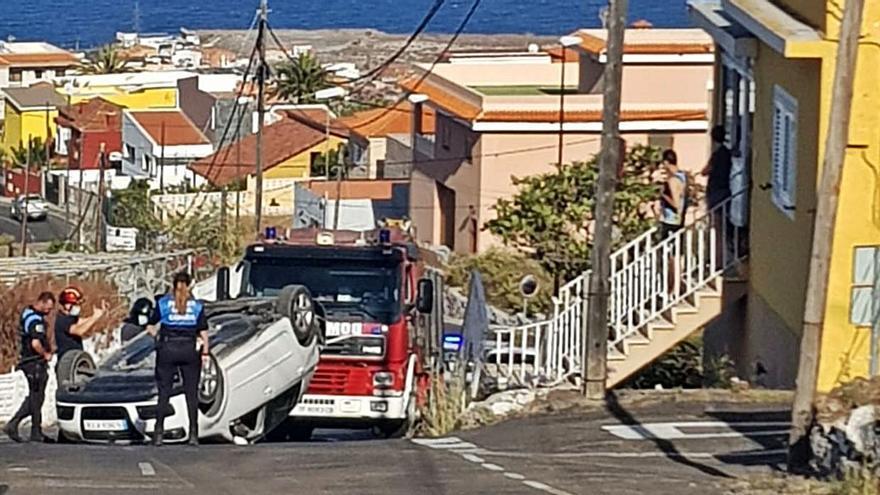 Herida en un coche sin control que chocó con una casa y volcó en Candelaria