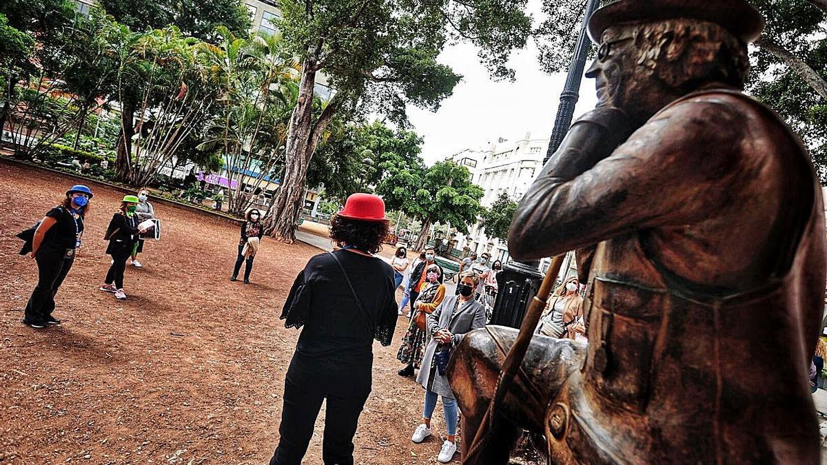 Una guía turística, en la plaza del Príncipe, durante la ruta del Carnaval, hace unos días.
