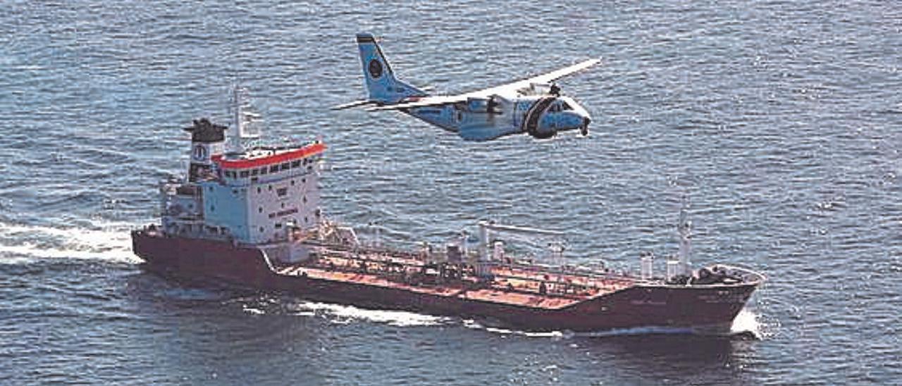 Un avión y un buque de Salvamento Marítimo.