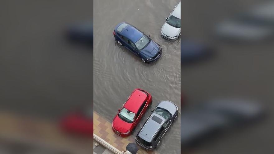Las intensas lluvias arrastran coches aparcados en Cullera