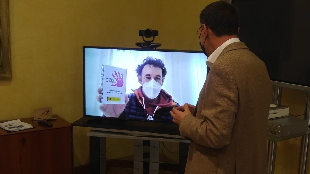Un momento de la entrevista telemática entre el alcalde de Morales de Valverde y el subdelegado del Gobierno.