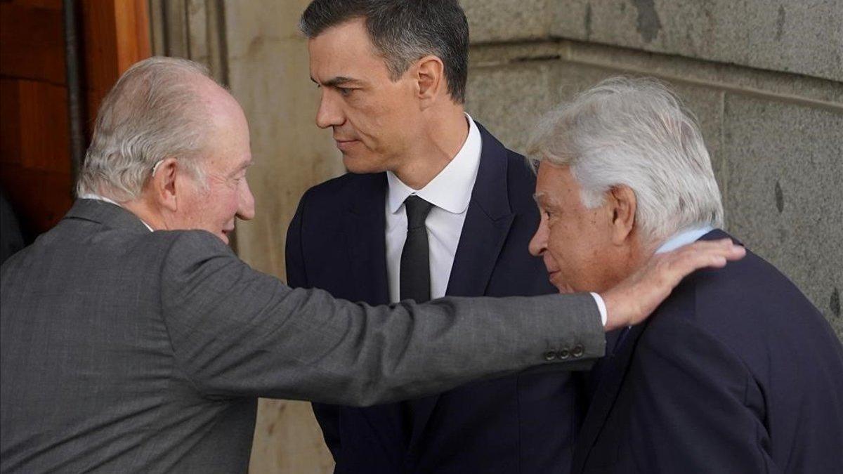 """Felipe González defiende el """"legado histórico"""" del rey Juan Carlos"""