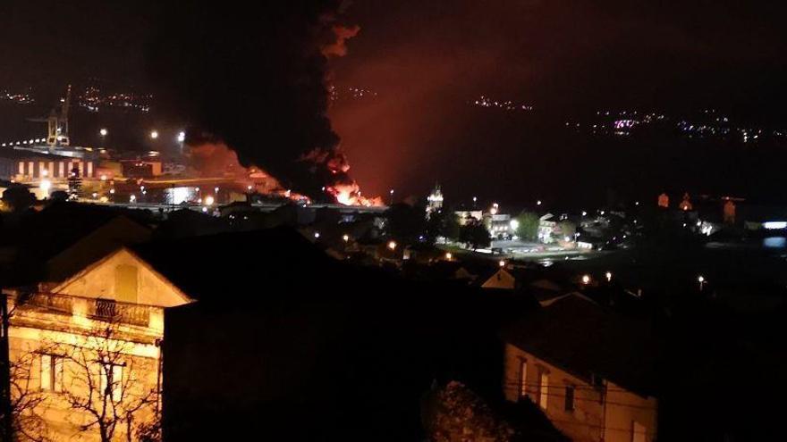 Las imágenes del incendio industrial en el astillero de Placeres