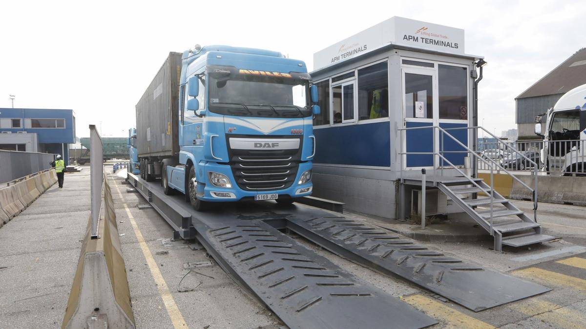 Un camión en una de las entradas de APM Terminals.