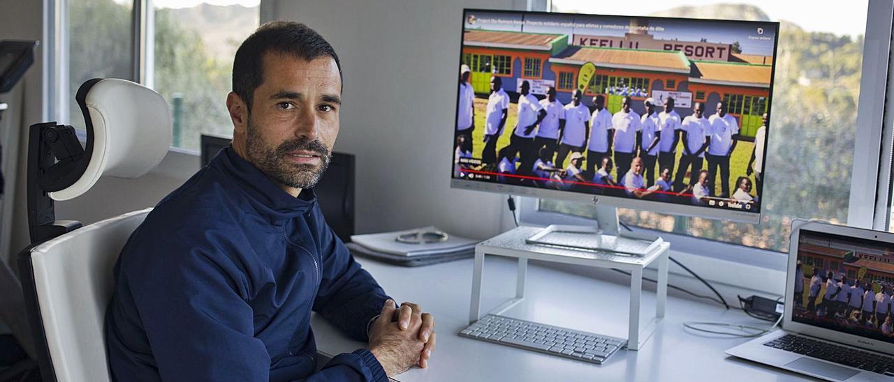 El atleta y preparador físico Octavio Pérez, en su casa de Xàtiva, desde donde dirige los entrenos del proyecto «Sky Runner Kenia» | PERALES IBORRA