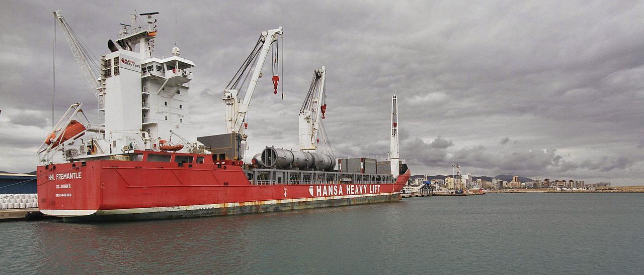 Un buque mercante atracado en uno de los muelles del sur del puerto de Gandia, la zona que se va a ampliar. | XIMO FERRI