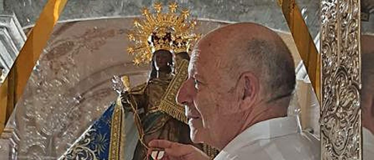 Aparici entrega la cruz a la Virgen.   LEVANTE-EMV