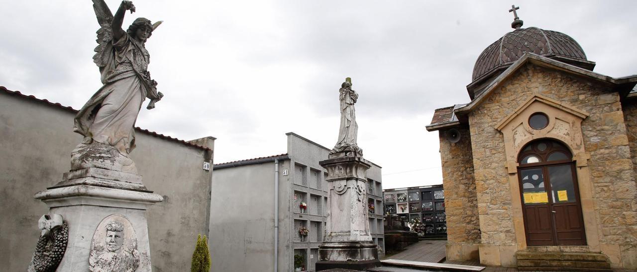 Panteones anejos a la capilla del Carmen rematados por esculturas, en el camposanto de Trasona.