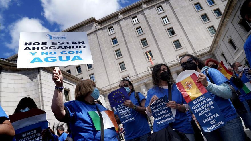 Teresa Ribera planta a los 4.500 agricultores desplazados a Madrid para pedir que no se recorte el Tajo-Segura