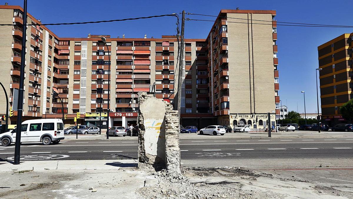 Mientras una margen de la avenida Cataluña ha sido urbanizada, la otra sigue a la espera.