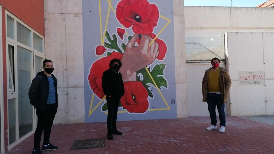Toro recuerda a las víctimas del COVID con un nuevo mural en el centro de salud