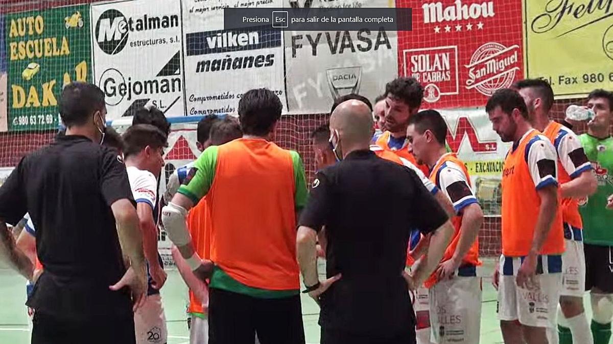 Chema Sánchez, rodeado de sus jugadores, en un tiempo muerto. | ATB