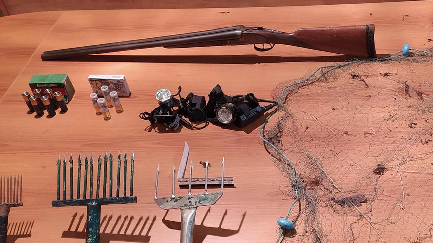 Material decomisado a los pescadores furtivos interceptados en Ollares (Vila de Cruces).