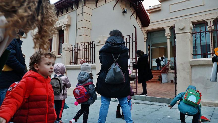 """El alumnado regresa al Infanta Leonor tras un año de exilio: """"Por fin volvemos"""""""