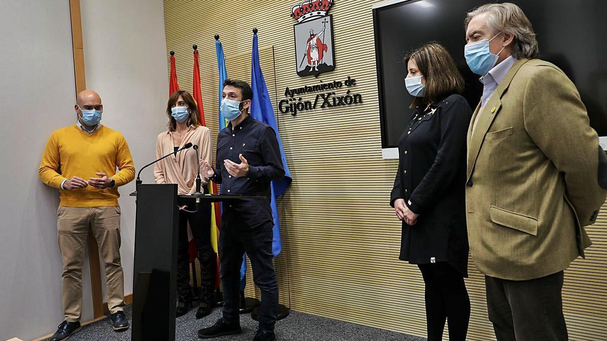 Por la izquierda, Jesús Martínez Salvador, Ana Isabel Menéndez, Juan Chaves, María Muñiz y Alberto López Asenjo, ayer, en la sala de prensa del Ayuntamiento.