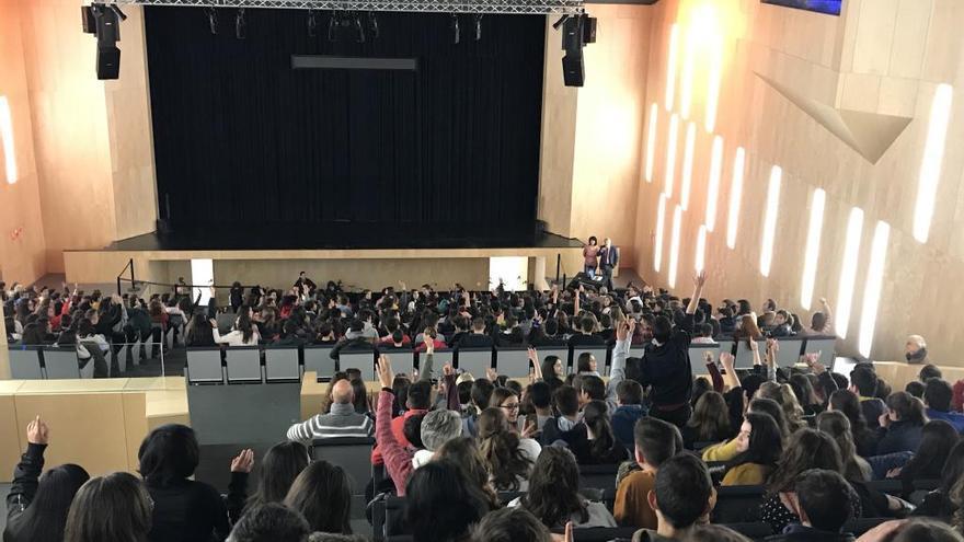 """Más de 500 jóvenes asisten a los ensayos de la ópera """"El trovador"""" en el Auditorio de Teulada"""