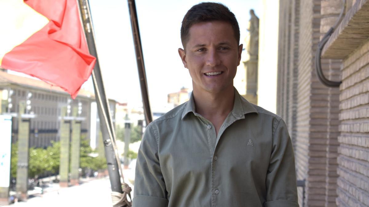 Ander Herrera, pregonero de las Fiestas del Pilar 2021, en el balcón del ayuntamiento, este martes.