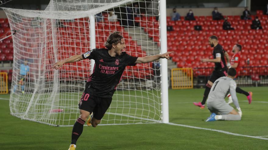 El Real Madrid gana en Granada y aguanta el pulso al Atlético