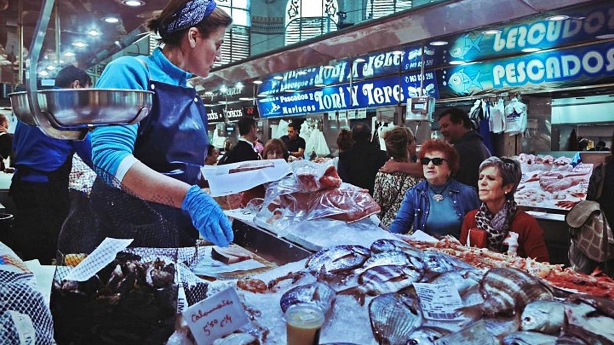 Una de les parades de peix del Mercat Central de València. | J.L.INIESTA