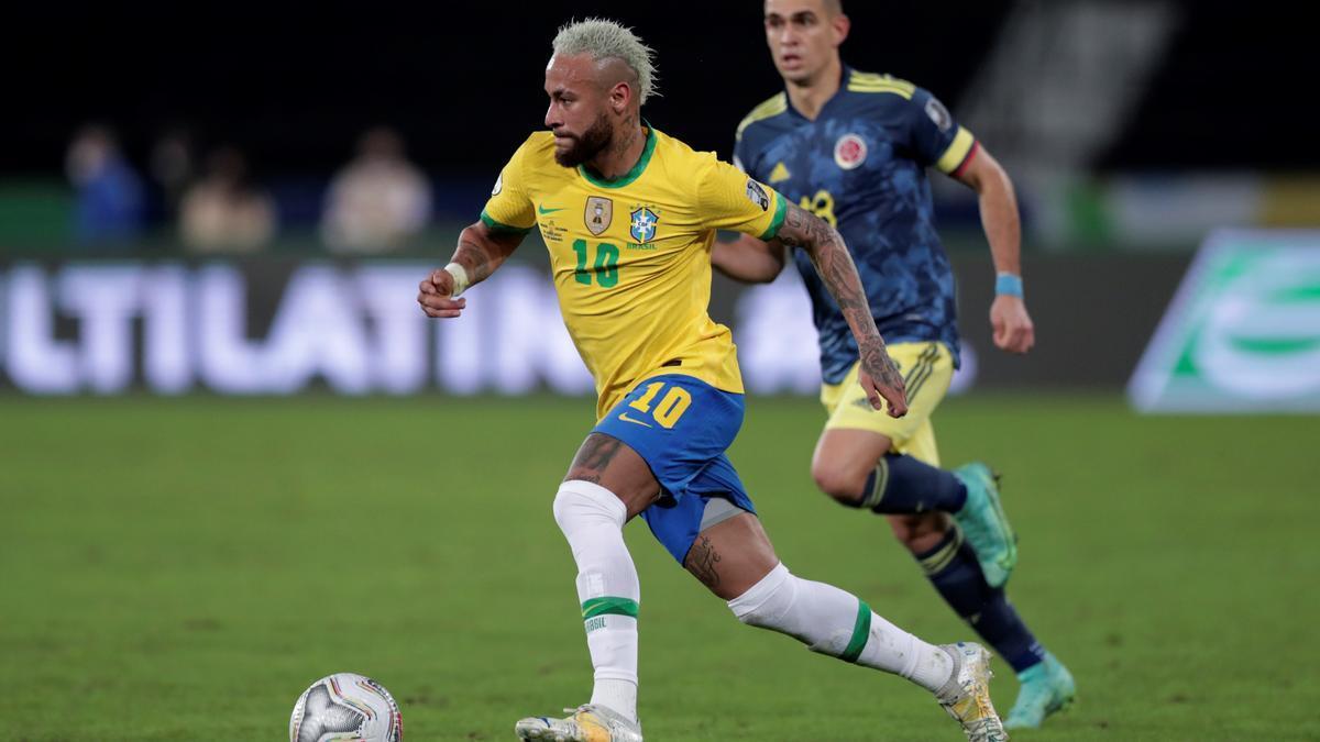 Neymar conduce el balón en el Brasil-Colombia.