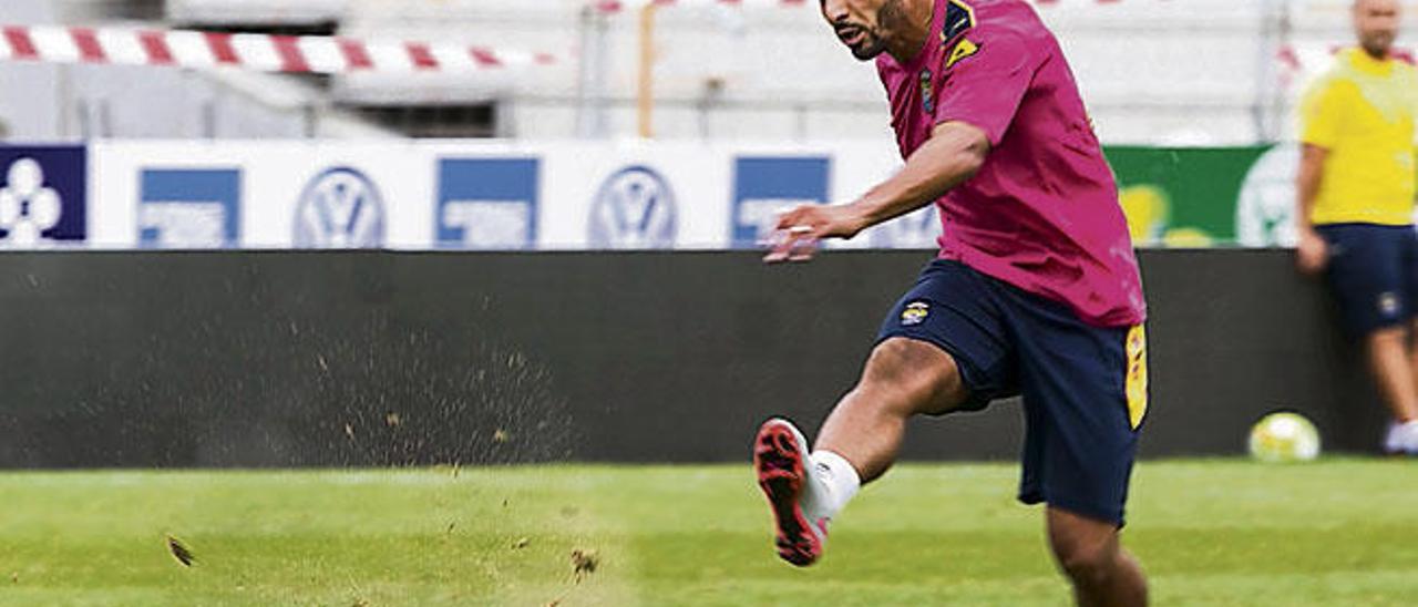 Nabil El Zhar tras golpear el balón deja una estela de arena y césped ayer en el Gran Canaria.