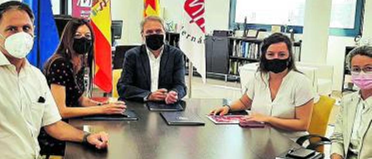 Firma del convenio, esta semana, en la Miguel Hernández.   INFORMACIÓN