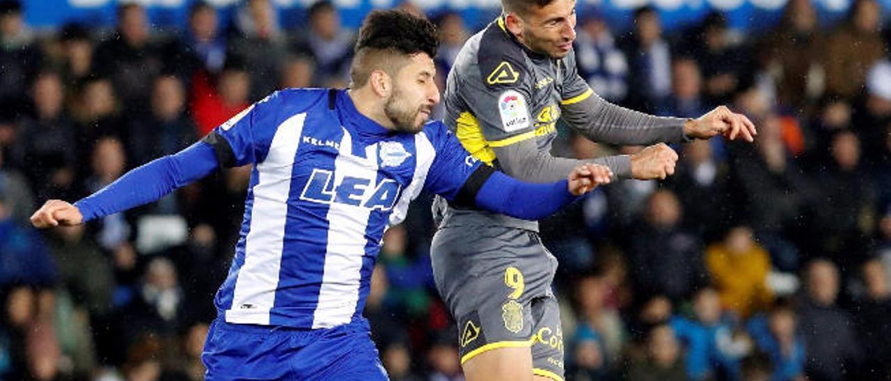 Jonathan Calleri disputa un balón con Maripán, central del Alavés.