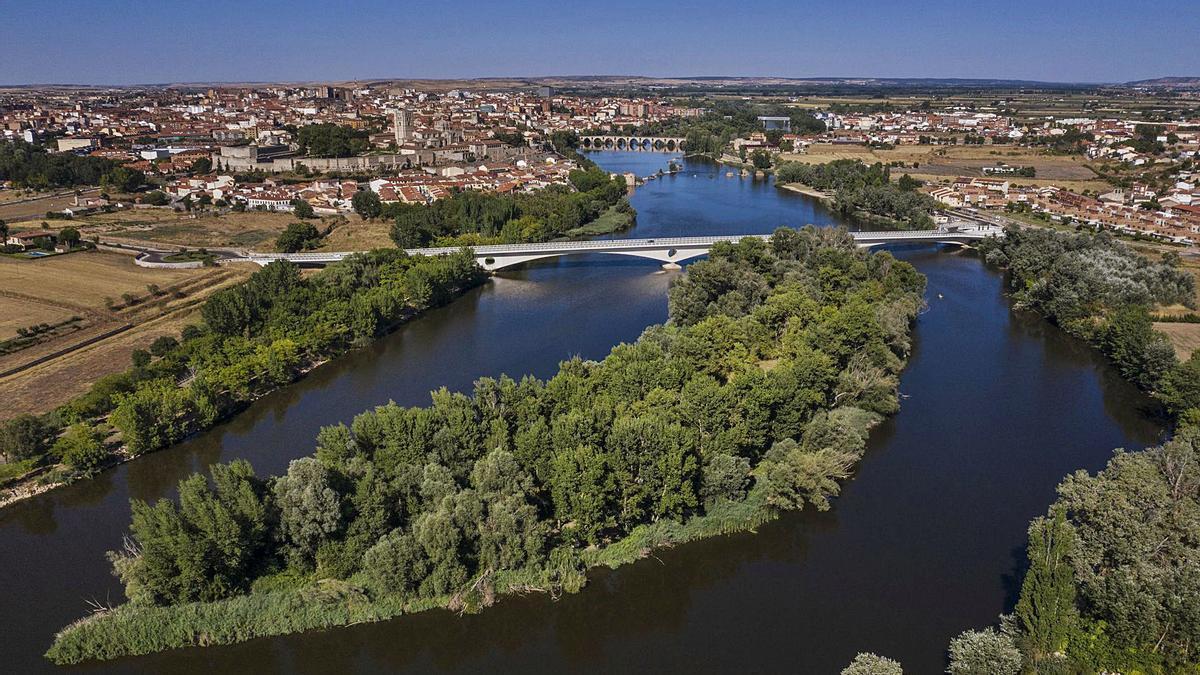 Vista aérea de la isla del Barquero, una de las cuatro más grandes del río a su paso por la capital. | Emilio Fraile