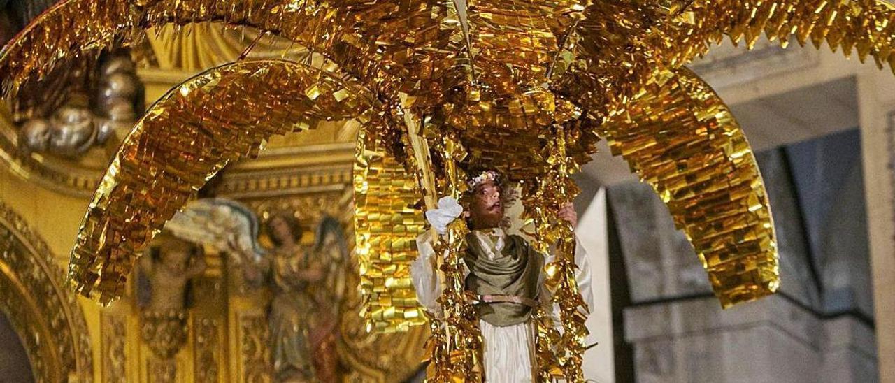 Momento en que el Ángel del Misteri desciende con la palma dorada.
