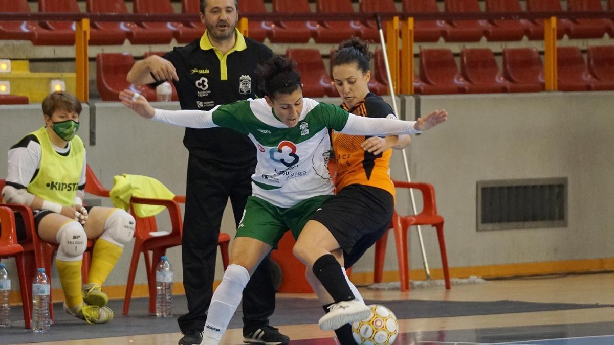 Rocío Gracia controla el balón ante una rival.