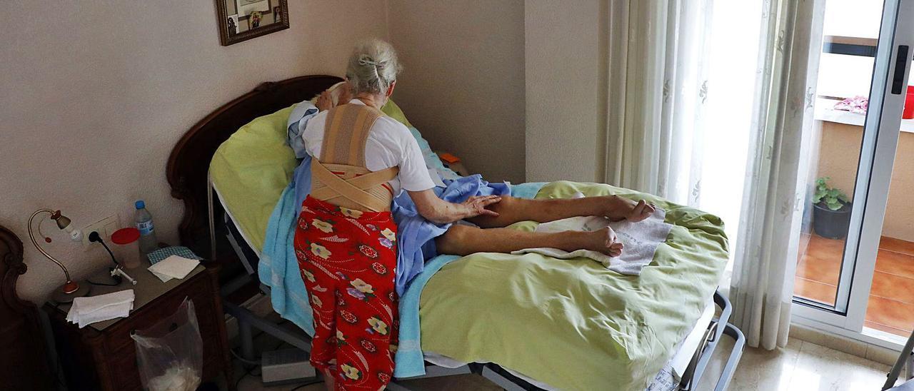 Evarista, a sus 76 años, cuida a su tía Josefa, quien está encamada desde hace más de cuatro años por múltiples problemas de salud.   M.A. MONTESINOS